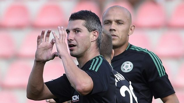 Tomáš Pilík a jeho spoluhráč Roman Bednář se radují z příbramského gólu.