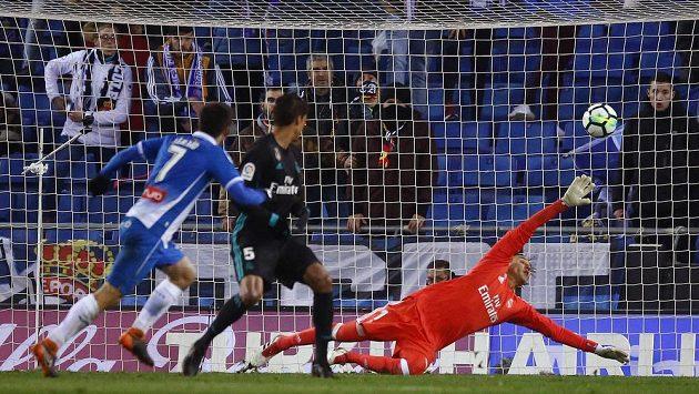Fotbalista Espaňolu Gerard Moreno střílí vítězný gól do sítě Realu Madrid. Gólman Diego Lopez se sápe po míči marně.