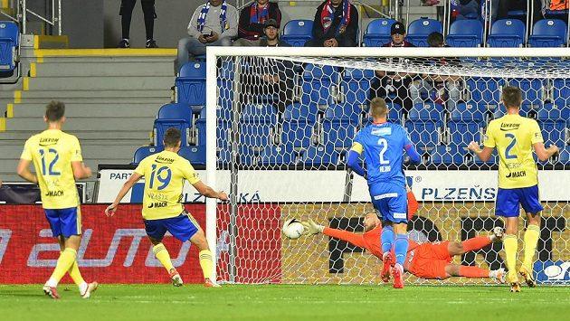 Lukáš Vraštil (druhý zleva) ze Zlína střílí gól, brankář Jindřich Staněk z Plzně na jeho přesnou hlavičku nedosáhl.