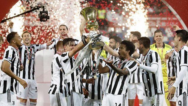 Radost v podání fotbalistů Juventusu Turín po triumfu v pohárové soutěži.