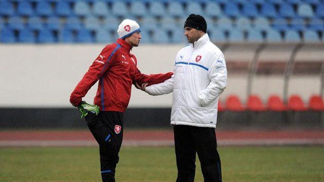 Záložník Tomáš Rosický (vlevo) a fyzioterapeut Martin Janoušek během tréninku české reprezentace
