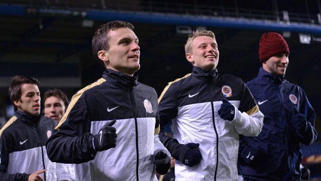 David Lafata (vlevo) a Ladislav Krejčí si prohlížejí Stamford Bridge při nástupu k tréninku.
