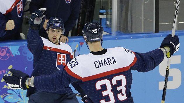 Tomáš Tatar (vlevo) se raduje se Zdenem Chárou z gólu proti USA.