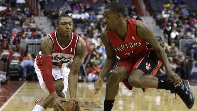 Jeden z nejlepších nováčků NBA Bradley Beal (vlevo).