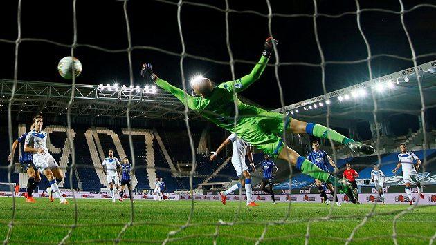 Marten de Roon z Atalanty Bergamo střílí druhý gól svého týmu v utkání proti Brescii.