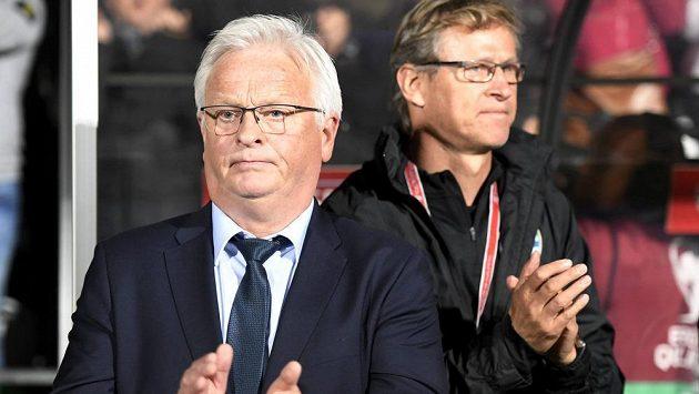 Markku Kanerva (vzadu) je novým trenérem fotbalistů Finska, kde nahradil Hanse Backeho (v popředí).
