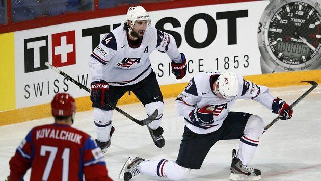 Ryan Carter (vpravo) se raduje se spoluhráčem z USA Natem Thompsonem z branky. Vlevo přihlíží Rus Ilja Kovalčuk.