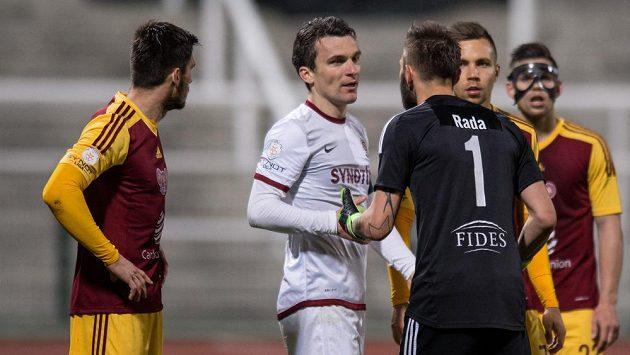 Útočník Sparty David Lafata (druhý zleva) a brankář Sparty Filip Rada si vyříkávají incident ze závěru zápasu.