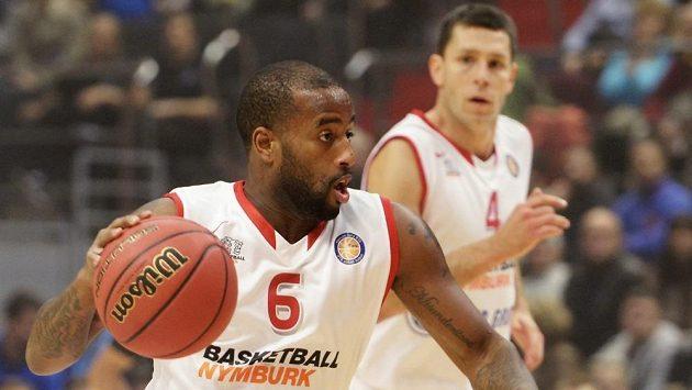 Basketbalisté Nymburka Darius Washington (vlevo) a Petr Benda - ilustrační foto.