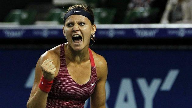 Lucie Šafářová se raduje z vítězství nad Samanthou Stosurovou.