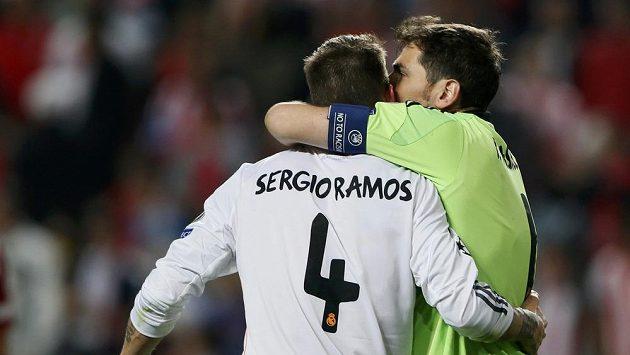 Strážce svatyně Realu Madrid Iker Casillas děkuje svému zachránci Sergiu Ramosovi ve finále Ligy mistrů proti městskému rivalovi Atlétiku.