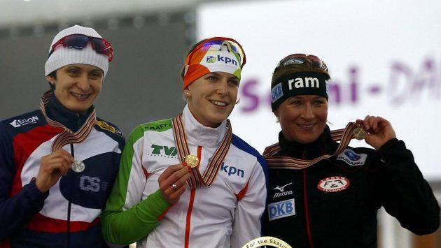 Stříbrná Martina Sáblíková (vlevo), zlatá Ireen Wüstová (uprostřed) a bronzová Claudia Pechsteinová z Německa.