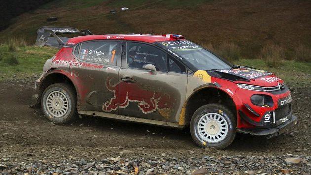 Francouz Sébastien Ogier na trati Britské rallye. Zatím je třetí.