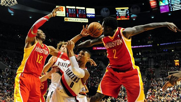 Dwight Howard (vlevo) z Houstonu bojuje o míč s Damianem Lillardem z Portlandu během zápasu NBA.