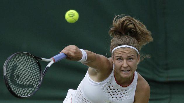 Česká tenistka Karolína Muchová v akci během Wimbledonu.