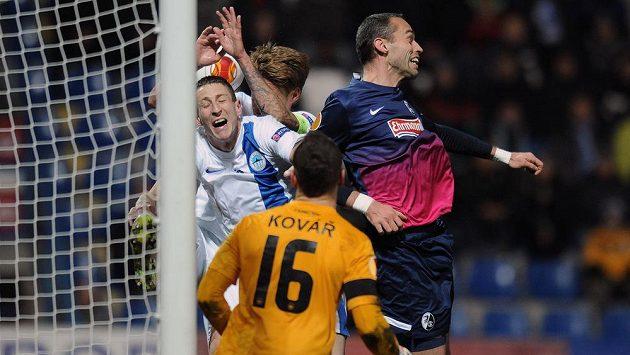 Golová situace. Pavel Krmaš (vpravo) z Freiburgu v souboji s hráči Liberce Jiřím Fleišmanem (vlevo) a Radoslavem Kováčem.