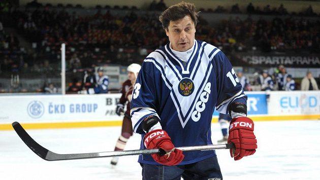 Valerij Kamenskij z výběru ruského hokeje pod hlavičkou Gazpromu v utkání proti sparťanským legendám.