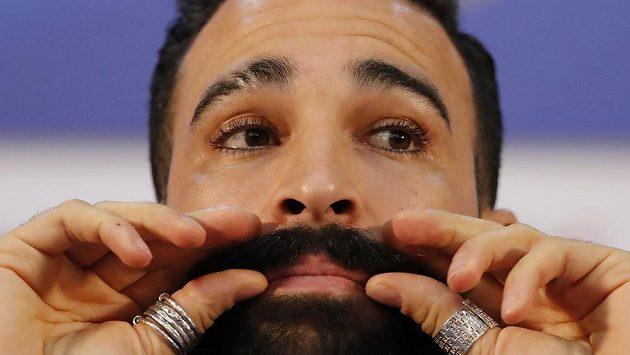 """Francouzský fotbalista Adil Rami a jeho """"šťastný"""" knír."""