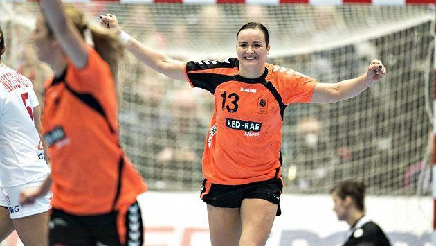 Nizozemka Yvette Brochová se raduje z gólu proti Polsku v semifinále mistrovství světa.