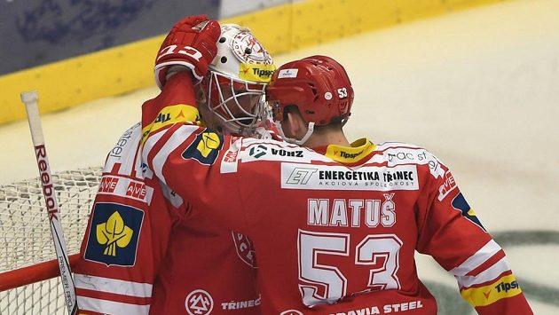 Zleva brankář Šimon Hrubec a útočník Radim Matuš, oba z Třince.