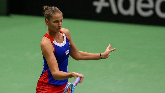 Karolína Plíšková během zápasu Fed Cupu s Rumunkou Simonou Halepovou.