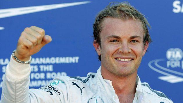 Němec Nico Rosberg se raduje z triumfu v kvalifikaci na Velkou cenu Monaka.