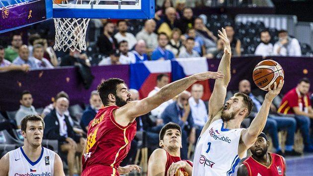 Český basketbalista Patrik Auda (vpravo) se snaží zakončit přes bránícího Bojana Dubljeviče z Černé Hory. Přihlížejí zleva Martin Peterka, Marko Todorovič a Tyrese Rice.