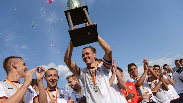 Ondřej Švejdík převzal pohár pro vítěze Letního ligového poháru Prahy.
