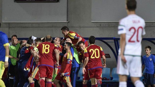Fotbalisté Andorry oslavují gól v zápase proti Maďarsku.