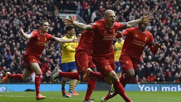 Obránce Liverpoolu Martin Škrtel (uprostřed) oslavuje svou první branku proti Arsenalu v ligovém duelu, který se hrál před týdnem.