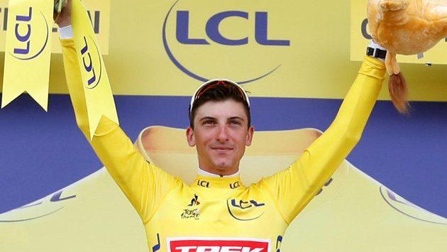 Giulio Ciccone na pódiu ve žlutém trikotu