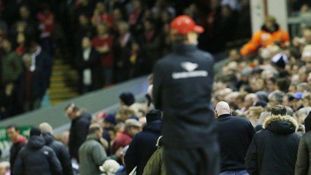 Liverpoolský trenér Jürgen Klopp sleduje, jak fanoušci opouštějí stadión před koncem duelu s Crystal Palace.