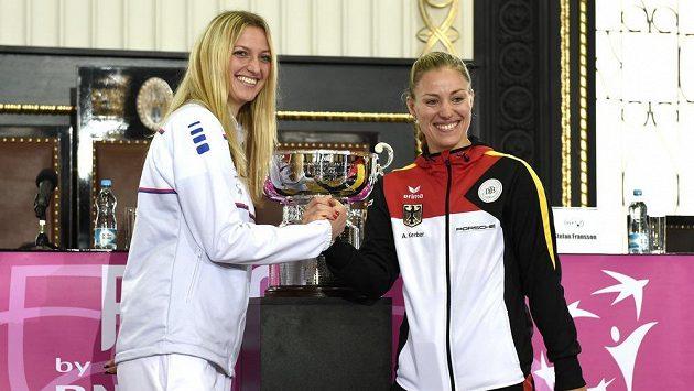 Česká tenistka Petra Kvitová (vlevo) a Angelique Kerberová z Německa během losování finále Fed Cupu na Staroměstské radnici v Praze.