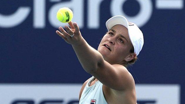 Ashleigh Bartyová z Austrálie servíruje na tenisovém turnaji v Miami.
