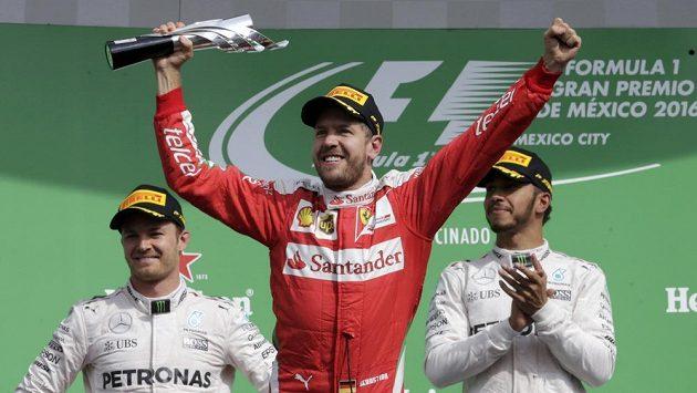Němec Sebastian Vettel ze stáje Ferrari se sice radoval z třetího místa, nakonec ale stupně opustil.