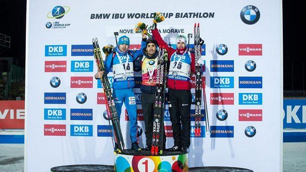 Anton Šipulin, Martin Fourcade a Emil Hegle Svendsen po sprintu na 10 km v rámci světového poháru v biatlonu ve Vysočina Areně v Novém Městě na Moravě.