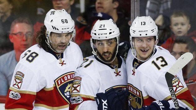 Hokejisté Floridy Vincent Trocheck (uprostřed), Jaromír Jágr (vlevo) a Mark Pysyk oslavují gól na ledě Calgary, kde však nakonec Panteři prohráli.