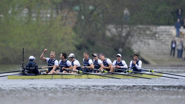 Posádka osmiveslice Oxfordu slaví triumf v tradičním závodě.