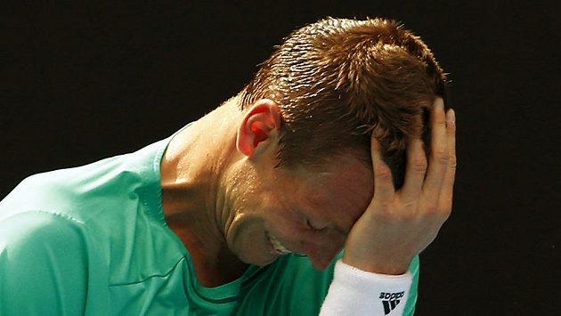 Gesto zklamání Tomáše Berdycha během utkání s Rogerem Federerem.