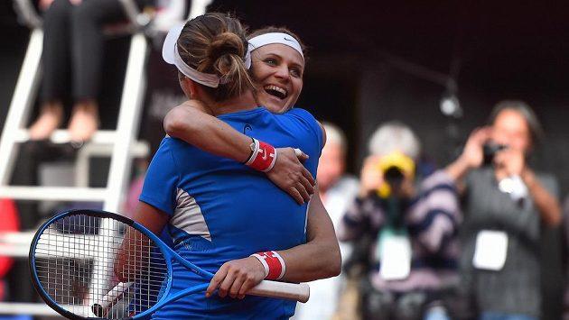 Fedcupový konec. Lucie Šafářová a Barbora Krejčíková (zády) z ČR se radují, poté co porazily Kanaďanky Gabrielu Dabrowskou a Sharon Fichmanovou. Pro Šafářovou to byl poslední zápas za reprezentaci, po Roland Garros ukončí kariéru.
