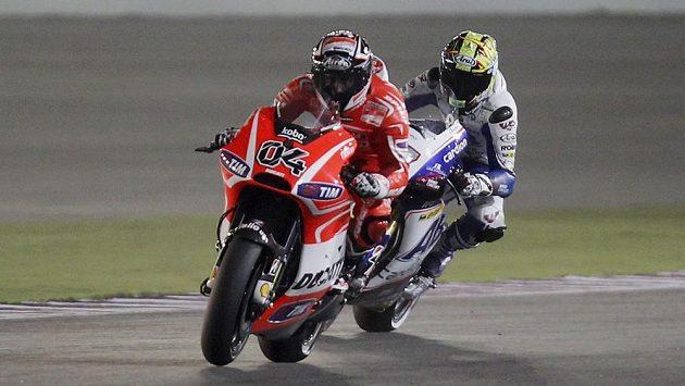 Český motocyklový závodník Karel Abraham (vpravo) během tréninku v Kataru na premiérovou Velkou cenu sezóny mistrovství světa. Vlevo Andrea Dovizio.