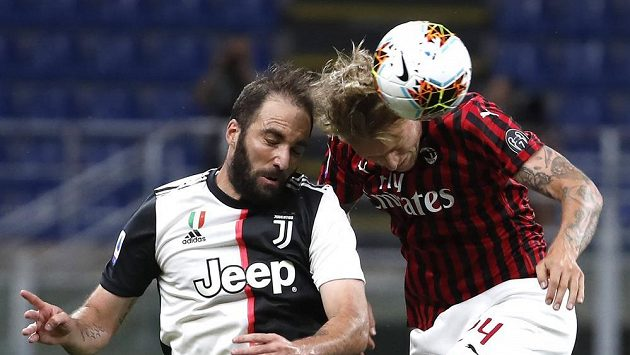 Simon Kjaer (vpravo) z AC Milán a Gonzalo Higuaín z Juventusu.