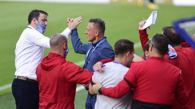 Radost ostravské lavičky z třetí branky, třetí zleva je trenér Ostravy Luboš Kozel.