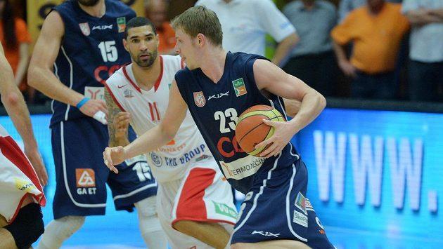 Chester Tre Simmons z Nymburka (vlevo) a Lukáš Bažant z Děčína v prvním utkání finále play off ligy basketbalistů Nymburk - Děčín.