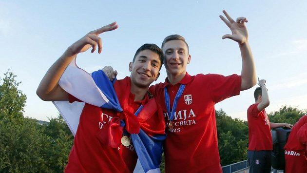 Marko Grujič (vlevo) a Ivan Šaponjič poté, co byli uvítáni doma v Srbsku po triumfu na letošním MS do 20 let na Novém Zélandu.