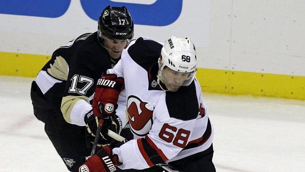 Jaromíra Jágra z New Jersey Devils (vpředu) brání Dustin Jeffrey z Pittsurgu.