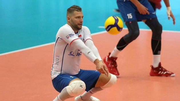 Český volejbalový reprezentant Milan Moník přihrává míč v zápase ME v Ostravě proti Bělorusku.