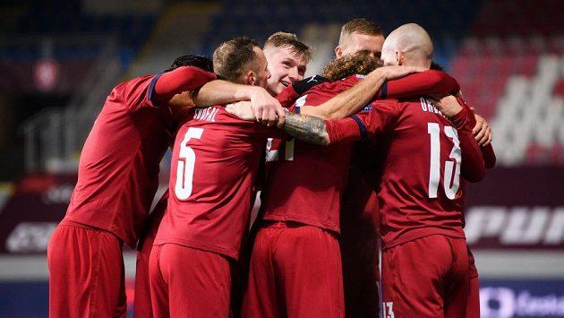 Fotbalisté české reprezentace oslavují gól na 2:0 během utkání Ligy národů se Slovenskem.