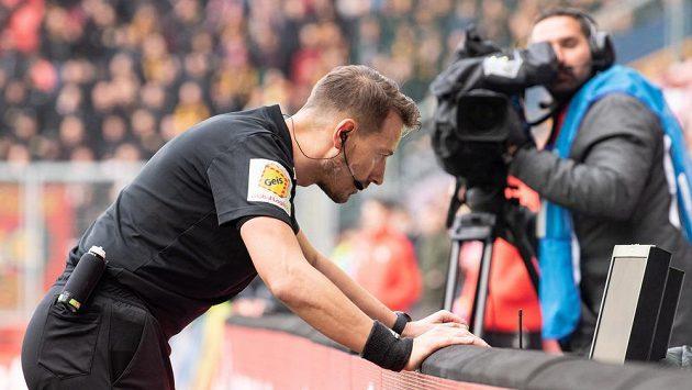 Rozhodčí Karel Hrubeš zkoumá video po zákroku Florina Nity na Josefa Hušbauera během derby Slavia – Sparta.