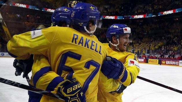 Švédský hokejista Mika Zibanejad slaví se spoluhráči gól proti Rusku.